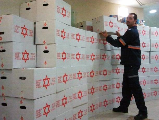 """חלוקת חבילות מזון לנזקקים. מד""""א בשיתוף אתר קריות באינטרנט (צילום ארכיון)"""