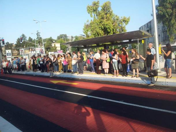 עשרות עד מאות נוסעים בכל תחנה (צילום: לירון סופר)