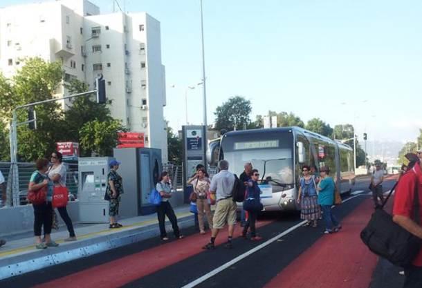 נוסעים חוסמים את מסלול המטרונית (צילום: לירון סופר)