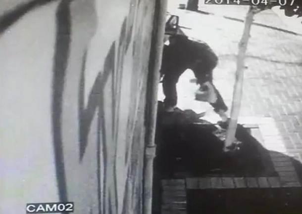 ניקוב על חם. החשוד נתפס בצילומי המצלמה הנסתרת