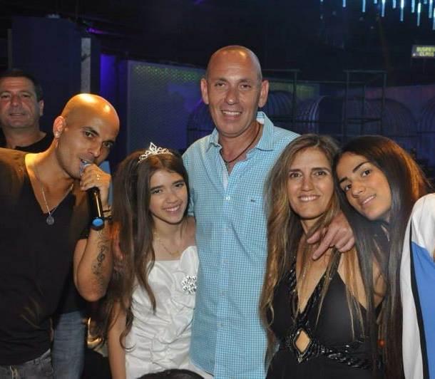 משפחת ליפא והזמר יניב הראל (צילום: משה רז)