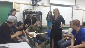 תלמידי הפרויקט יחד עם חבריהם מהכיתה התקשורתית